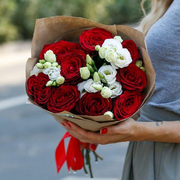 Букет из красных роз и лизиантуса